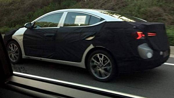100518 83 - Hyundai Elantra нового поколения впервые засветился во время дорожных испытаниях