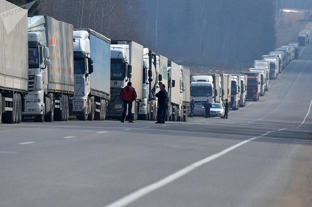1034451956 - Более тысячи грузовых автомобилей собрались на белорусской границе