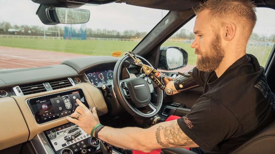 5c18d767ec05c42a42000029 - Jaguar тестирует бесконтактно открывающие двери