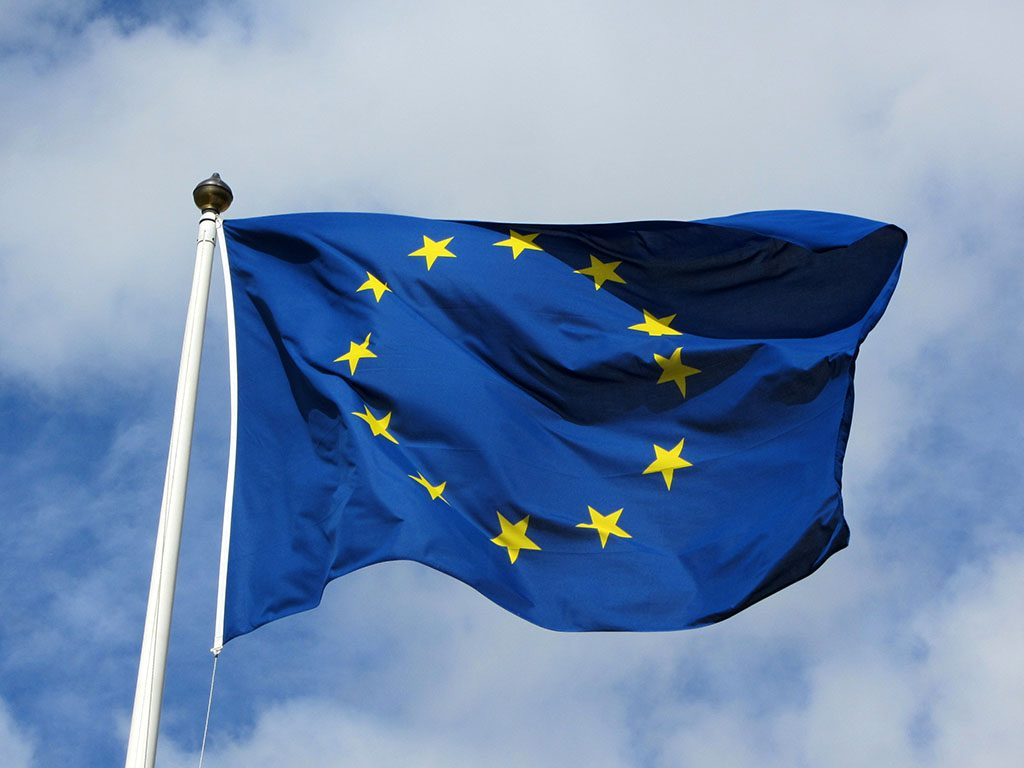 illustrasjon eu flagget.2bfoto2bbobby2bhidy 1024x768 - В Европе автомобили оснастят «чёрными ящиками»